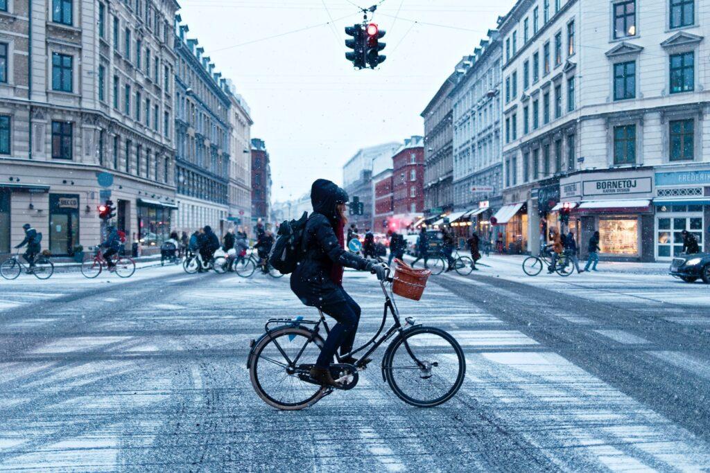 Faire d'une pierre trois coups avec le vélo d'hiver: Plaisir, santé et lutte contre les changements climatiques